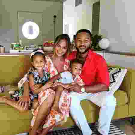 Chrissy Teigen, o marido John Legend e os filhos Luna Simone e Miles Theodore - Reprodução/Instagram