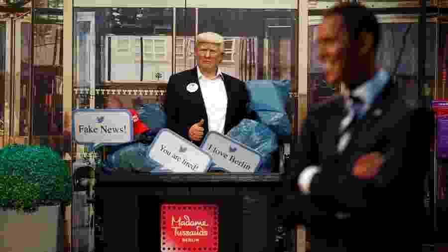 Estátua de cera de Trump dentro do lixo, ao lado de estátua de Obama, no Madame Tussaud de Berlim - MICHELE TANTUSSI/REUTERS