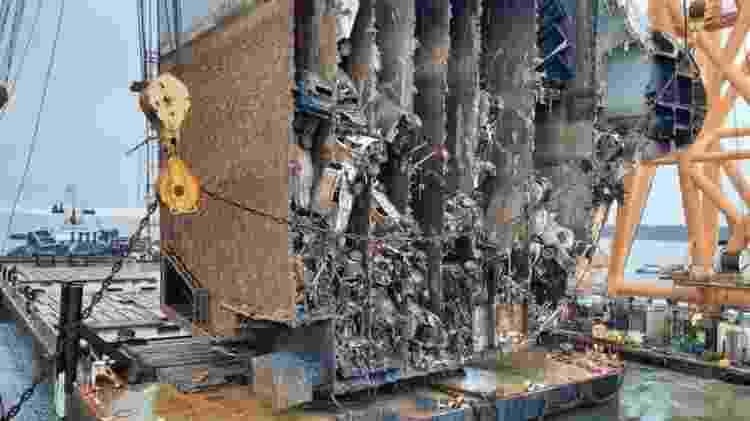 Proa de navio tombado finalmente é fatiada com carros zero km dentro; veja - Divulgação - Divulgação