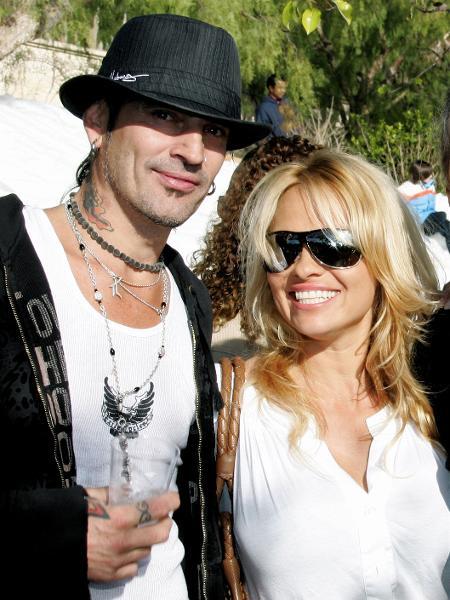 O músico Tommy Lee e a atriz Pamela Anderson posam na casa de John Paul DeJoria, em 2005 - David Livingston / Getty Images