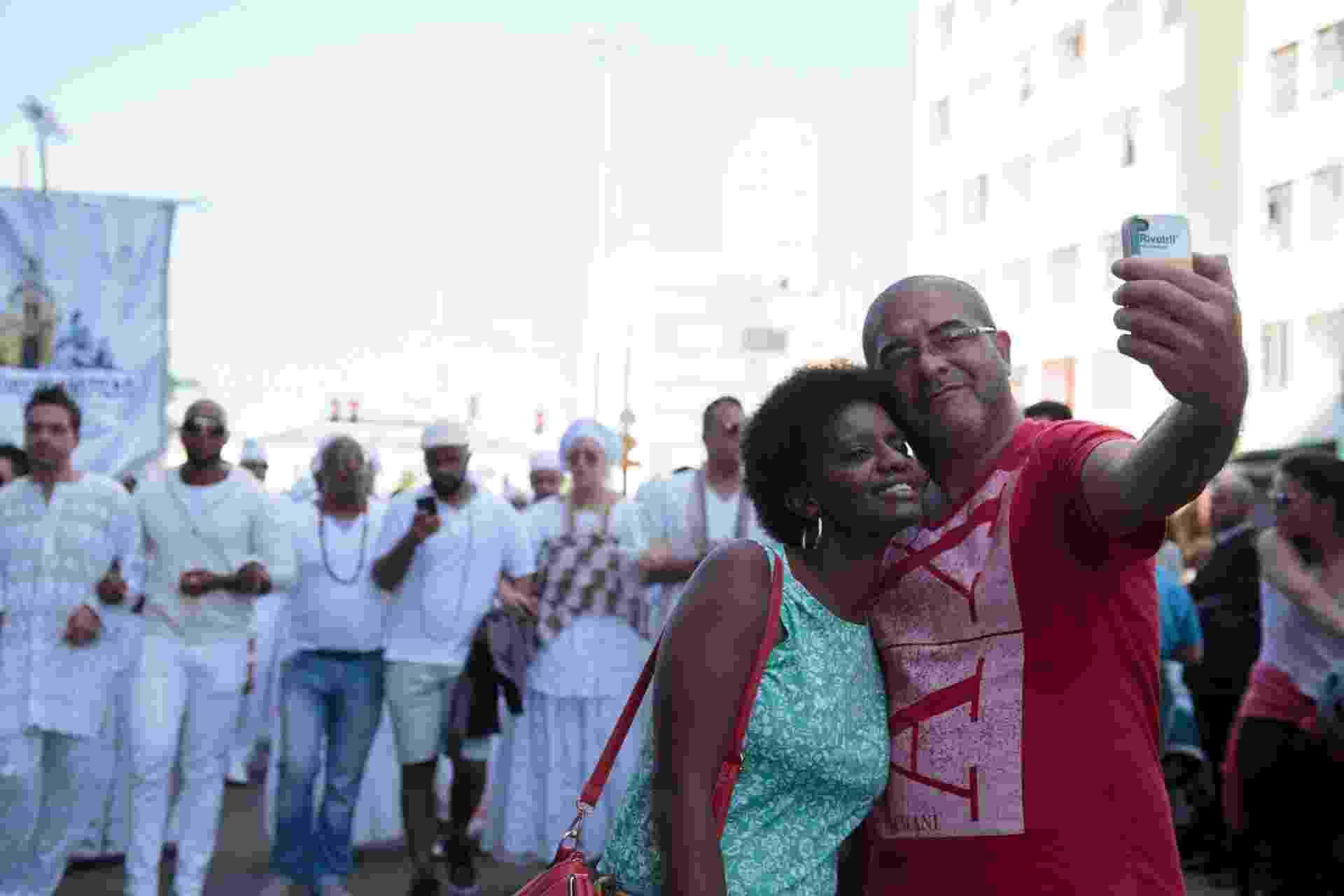 21.jun.2015 - Casal tira selfie em frente aos integrantes do movimento As Águas de São Paulo, que luta contra a intolerância religiosa, durante a Virada Cultural 2015, em São Paulo - Patrícia Monteiro/Frame/Estadão Conteúdo
