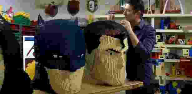Artista Nathan Sawaya constrói bonecos gigantes do Batman e do Superman com peças de Lego - Reprodução