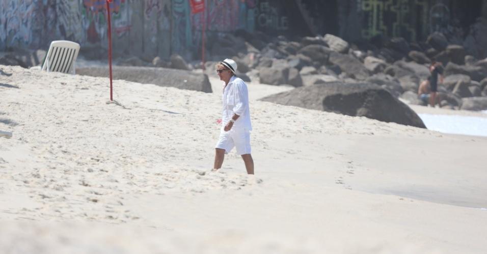 20.set.2015 - No dia em que se apresenta no Rock in Rio, Rod Stewart foi a praia da zona sul do rio de roupa branca e chapéu. Ele também foi visto fazendo compras em shopping da região