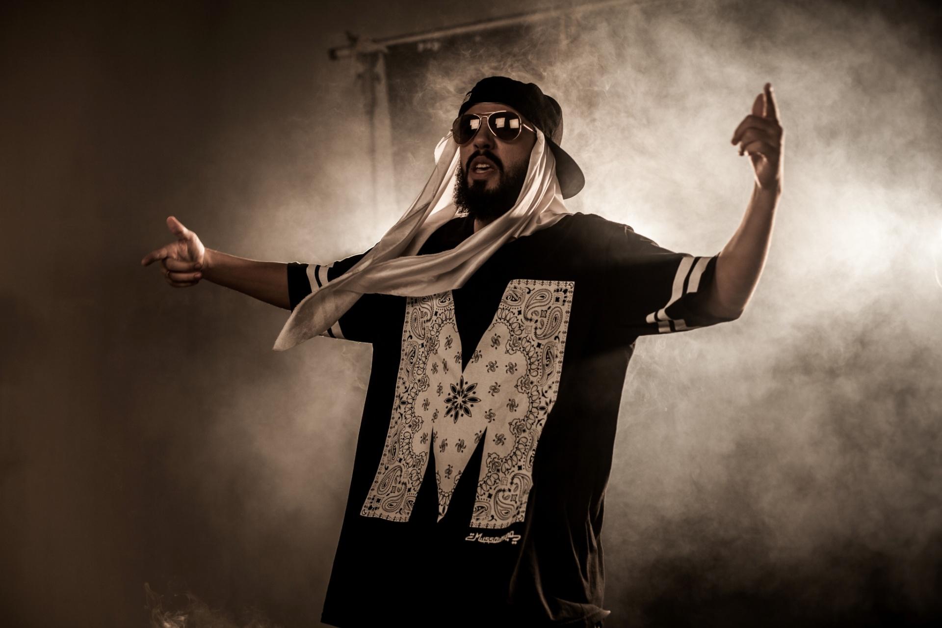 Rapper mistura boné com lenço e se lança como Mussoumano no Youtube -  28 10 2015 - UOL Entretenimento 47a3df8d43d