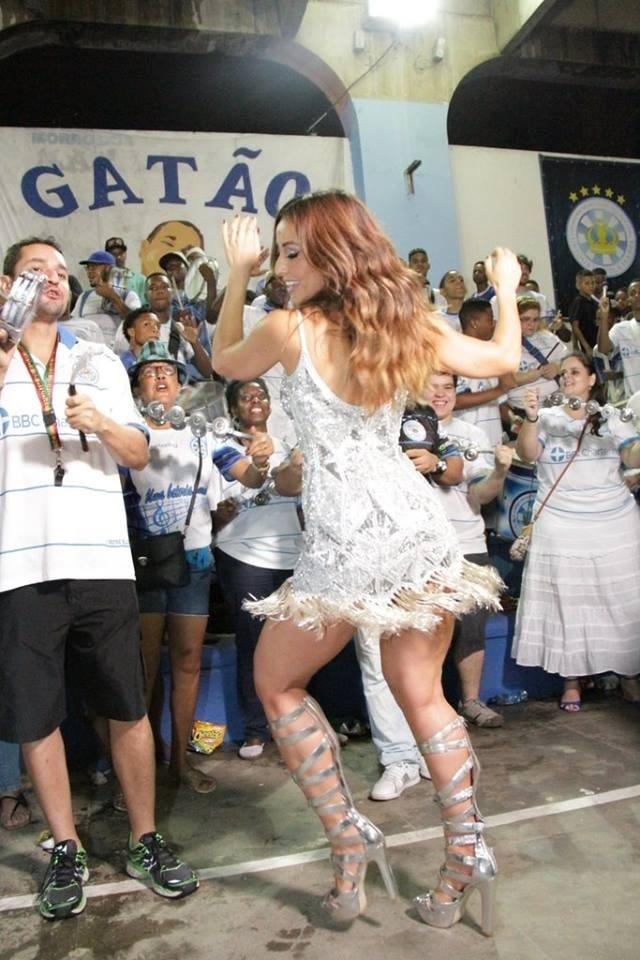 Sabrina Sato se divertiu à frente dos ritmistas da Unidos de Vila Isabel no ensaio realizado na quadro no Morro dos Macacos