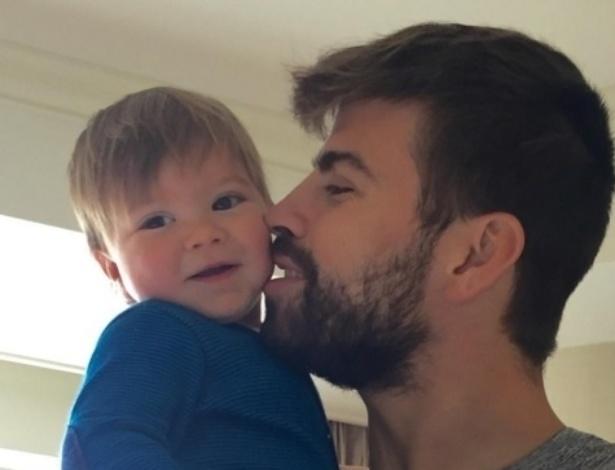 4.jan.2016 - Shakira publica foto do filho, Sasha, no colo do pai. Na imagem, o jogador Gerard Piqué aparece paparicando o pequeno.