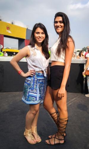 23.jan.2016 - As estudantes de moda Stephanie Hobaik, 20, e Mariana Campos, 20, apostaram em um look sexy e sofisticado para  curtir a noite no CarnaUOL, que acontece no Urban Stage, em São Paulo.