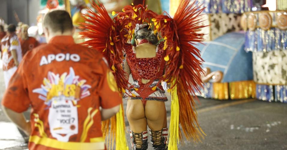 7.fev.2016 - Passista espera o início do desfile da Dragões da Real, sexta escola a entrar no Anhembi no segundo dia de Carnaval de São Paulo