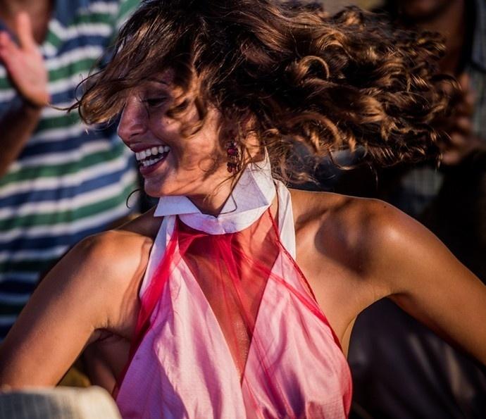 Tereza (Camila Pitanga) dança com os empregados na festa do centenário da avó em