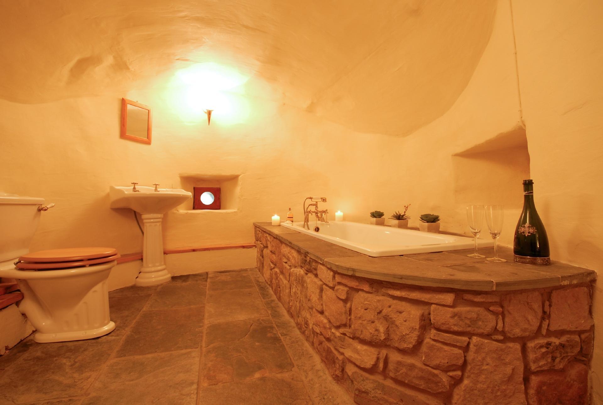 Localizado em Fife, na Escócia, o banheiro acima fica em um castelo histórico, datado no século 12. Por R$ 2.696 a diária, você pode se hospedar e utilizar o espaço, que conta com as louças brancas, contrastando com detalhes em dourado e vasos de plantas. A banheira antiga é feita em pedras