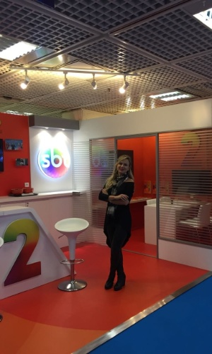 Eliana no estande do SBT na Mipcom