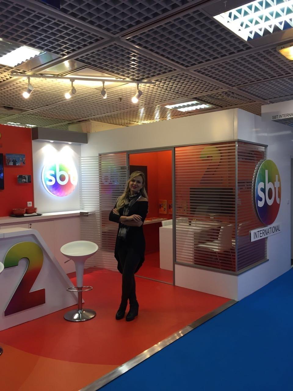 Eliana no estande do SBT na Mipcom