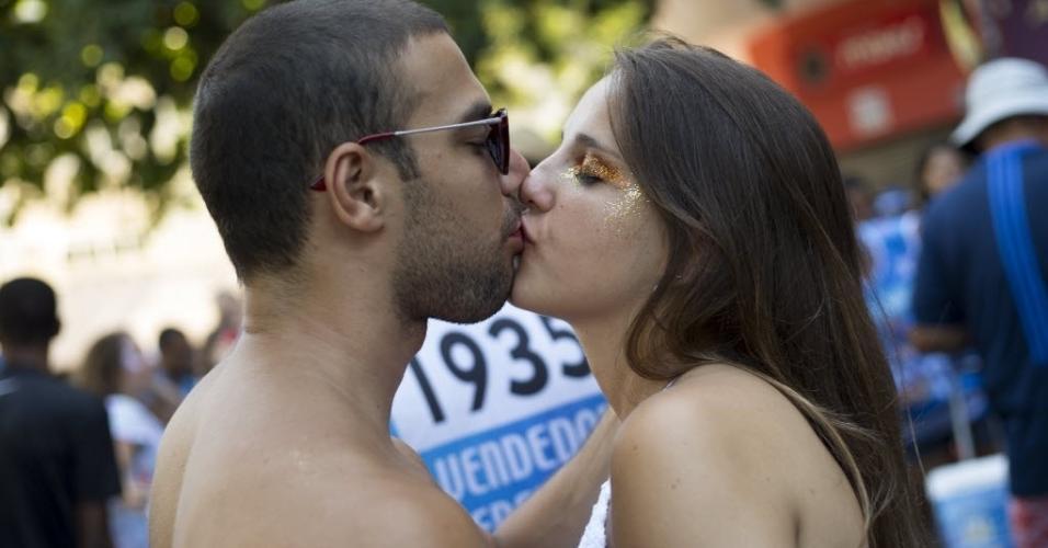 18.fev.2017 - Não falta motivo pra beijar, afinal, simpatia é quase amor