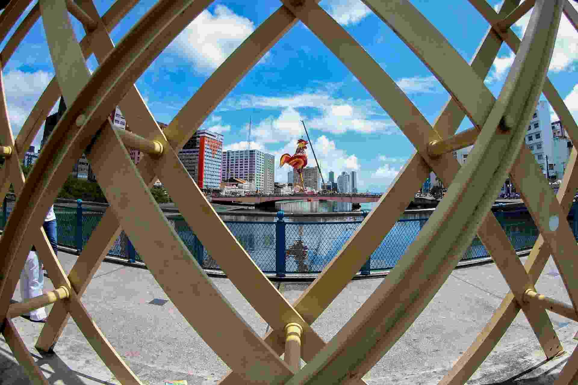 Símbolo do Carnaval de Recife, o Galo da Madrugada começa a ser erguido na tarde desta sexta-feira (24); a festa começa no sábado (25) - MARLON COSTA/FUTURA PRESS/ESTADÃO CONTEÚDO