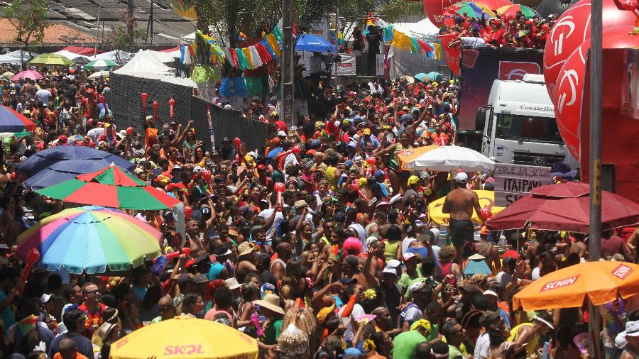 Milhares lotam as ruas no centro de Recife para acompanhar o Galo da Madrugada, em 2017 - GUGA MATOS/JC IMAGEM/ESTADÃO CONTEÚDO