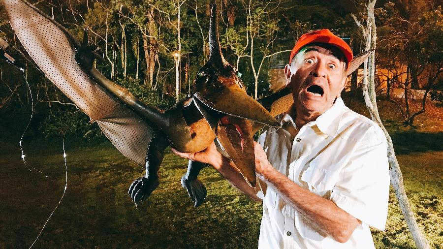 Ivo Holanda segura dinossauro produzido para pegadinha do SBT - Divulgação/SBT