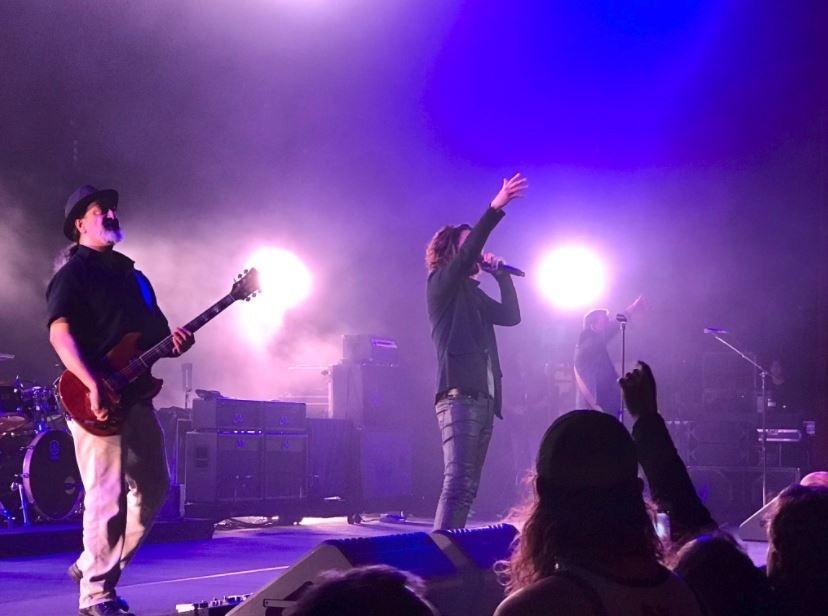 O twitter do Fox Theatre Detroit divulgou a última foto de Chris Cornell, no palco com a banda Soundgarden, poucas horas antes de sua morte, nesta quarta-feira (17)