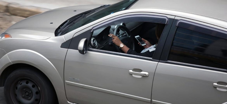 Tempo de distração indica que risco de dirigir e acessar as redes sociais pode gerar acidentes graves, já que os motoristas trafegam muitos metros sem olhar para o trânsito - Danilo Verpa/Folhapress