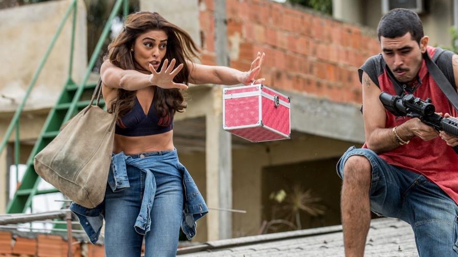"""Bibi (Juliana Paes) impede que bandido atire no advogado em """"A Força do Querer"""" - Reprodução/GShow"""