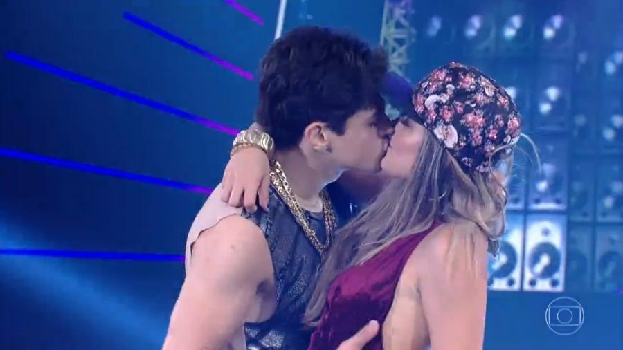 """Lucas Veloso e Nathalia se beijam durante a apresentação da """"Dança dos Famosos"""" - Reprodução/TV Globo"""