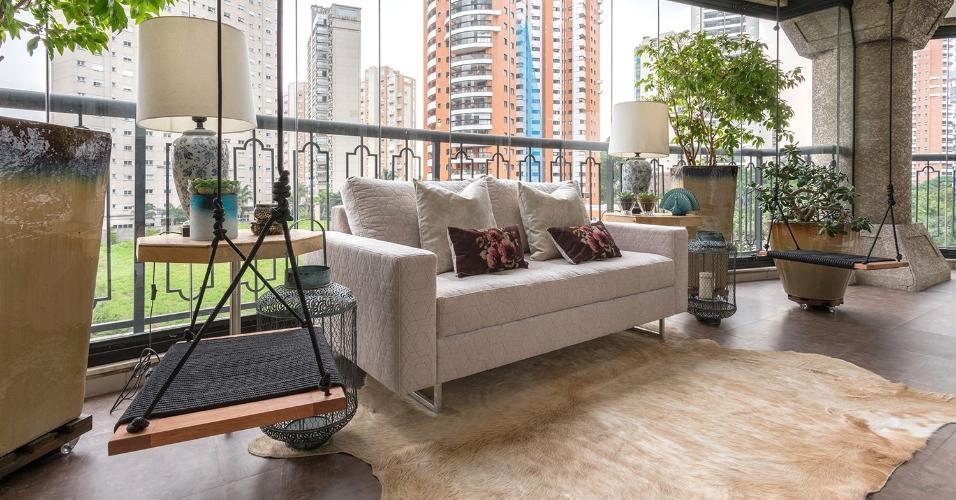 Em apenas dois dias, Ana Rozenblit e Sabrina Salles, da Spaço Interior, atualizaram o piso da varanda com as réguas de vinil que lembram o visual da madeira. Vasos e o charmoso balanço fixado na laje arremataram o clima de relax do ambiente