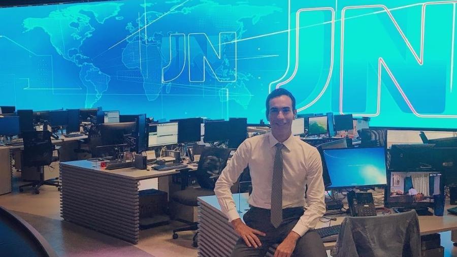 """César Tralli no cenário do """"Jornal Nacional"""" - Reprodução/Instagram"""