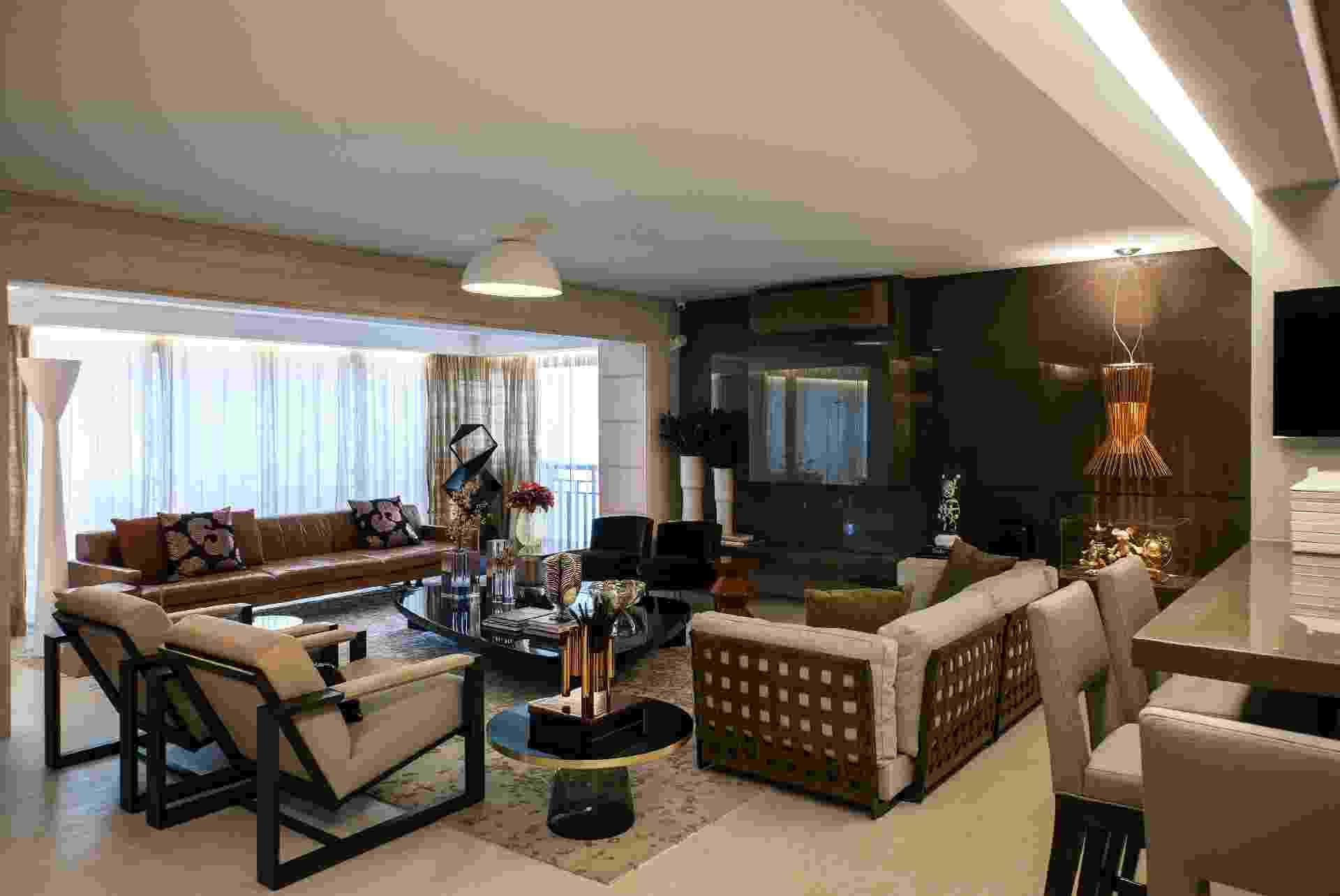 """Para seguir a decoração sóbria e elegante desta sala de estar, a arquiteta Denise Barretto """"envelopou"""" o ar-condicionado de camurça escura, para que o aparelho ficasse oculto sobre a parede revestida de mármore - Rômulo Fialdini/Divulgação"""