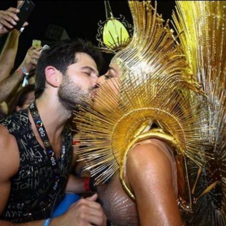 Duda Nagle beija Sabrina Sato durante desfile da Vila Isabel - Reprodução/Instagram/dudanagle
