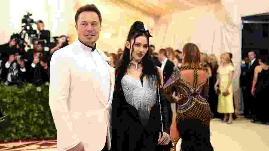 Elon Musk e Grimes no tapete vermelho do Met Gala 2018 - Getty Images