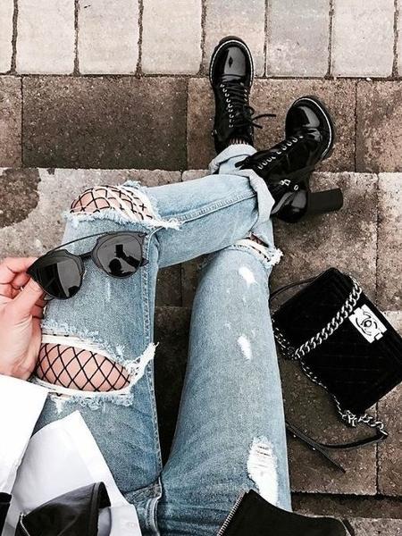 Uma garota compartilhou nas redes o drama de quem usou a calça jeans rasgada naqueles dias mais ensolarados - Reprodução/Pinterest