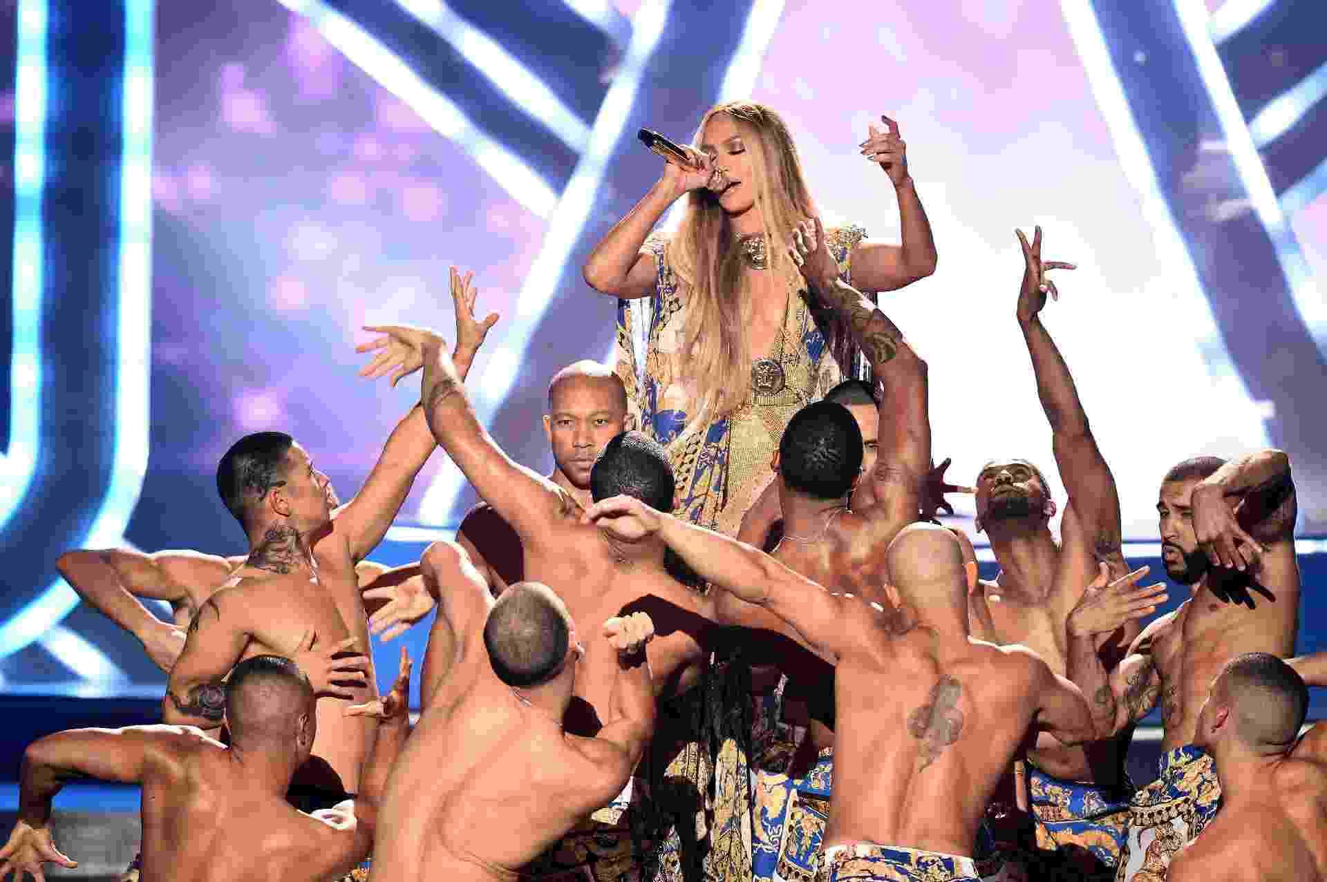 Jennifer Lopez, a grande homenageada do VMA 2018, apresenta os maiores sucessos de sua carreira cercada de bailarinos - Michael Loccisano/Getty Images for MTV