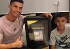 Cristiano Ronaldo recebe primeira cópia de