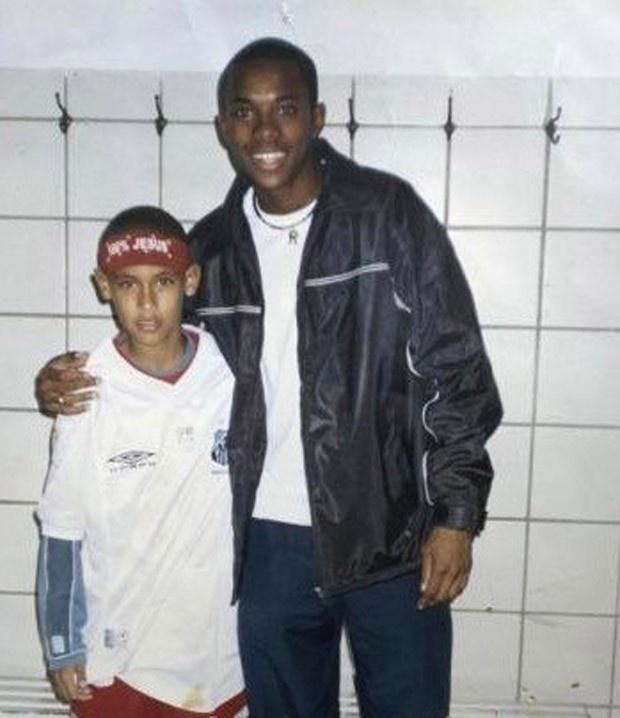 Neymar, ainda criança, ao lado de Robinho