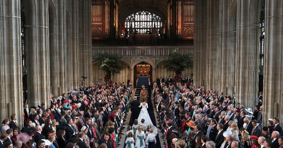 Princesa Eugenie, prima dos príncipes William e Harry, se casa em Windsor