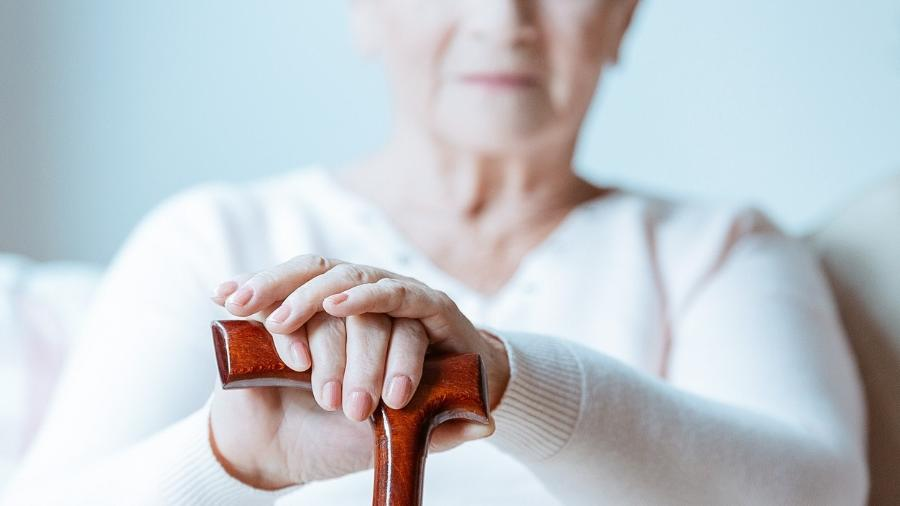 A osteoporose aumenta o risco de quedas e fraturas - iStock