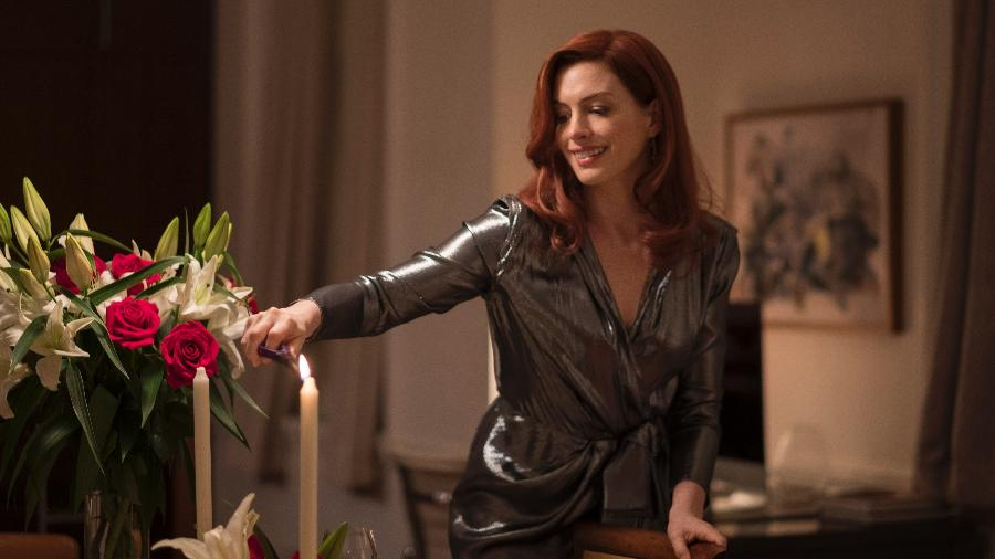 Anne Hathaway em cena de Modern Love, da Amazon - Christopher Saunders/Amazon