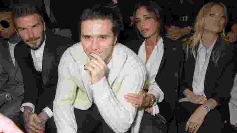 Brooklyn Beckham, ao centro, acompanhado de David e Victoria Beckham, além da modelo Kate Moss - Getty Images