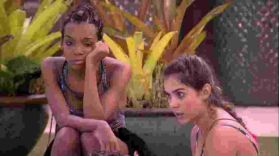 Thelma e Gizelly conversam na área externa - Reprodução/Globoplay