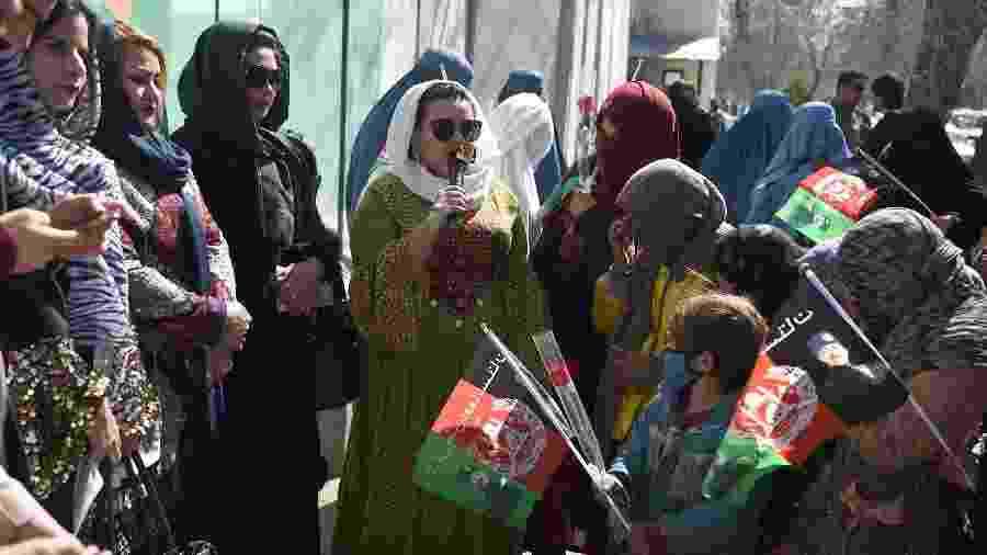 8.mar.2020 - Ativistas pelos direitos civis se reúnem em uma avenida em Cabul, no Afeganistão, no Dia Internacional da Mulher - Wakil KOhsar/AFP