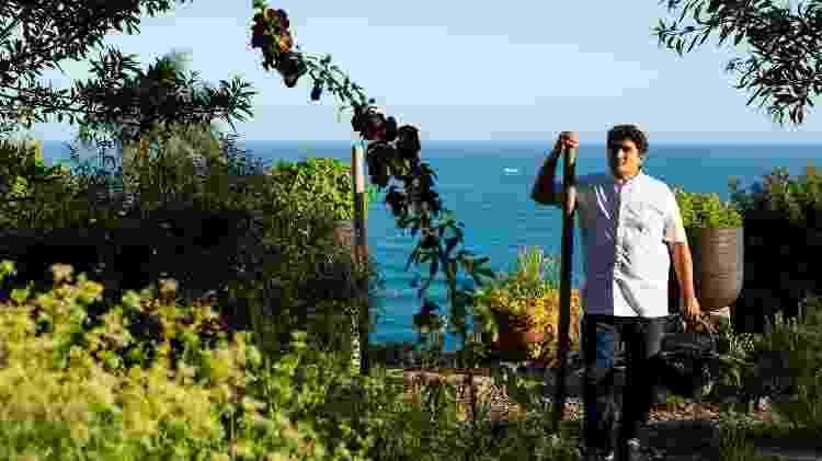 Mauro no jardim do Mirazur, com seus ingredientes fresquíssimos - Matteo Carassale - Matteo Carassale