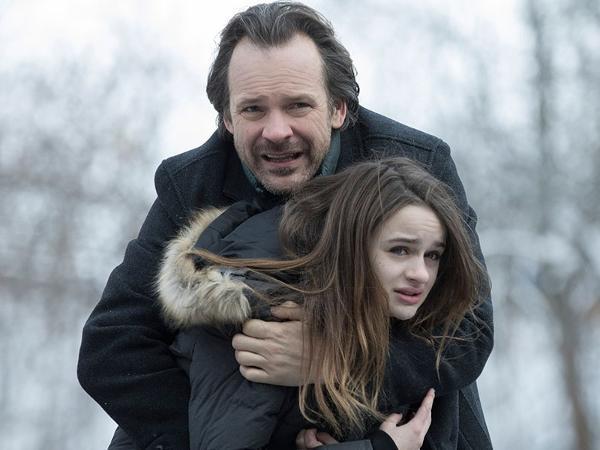 Peter Sarsgaard e Joey King em 'The Lie'