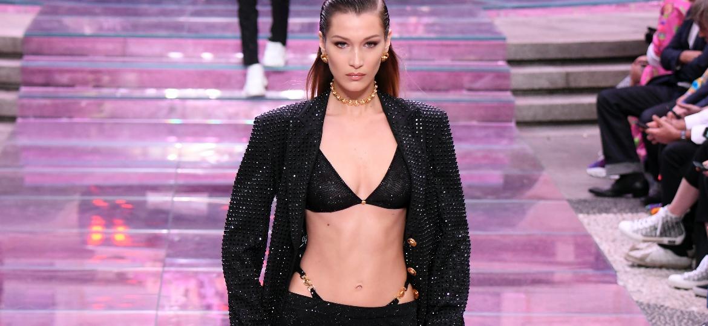 Bella Hadid com calça de cintura baixa no desfile da coleção masculina de primavera/verão 2020 da Versace  - Victor Boyko/Getty Images
