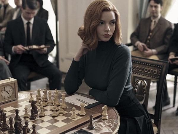 """A atriz  Anya Taylor-Joy interpreta uma enxadrista em """"O Gambito da Rainha"""""""