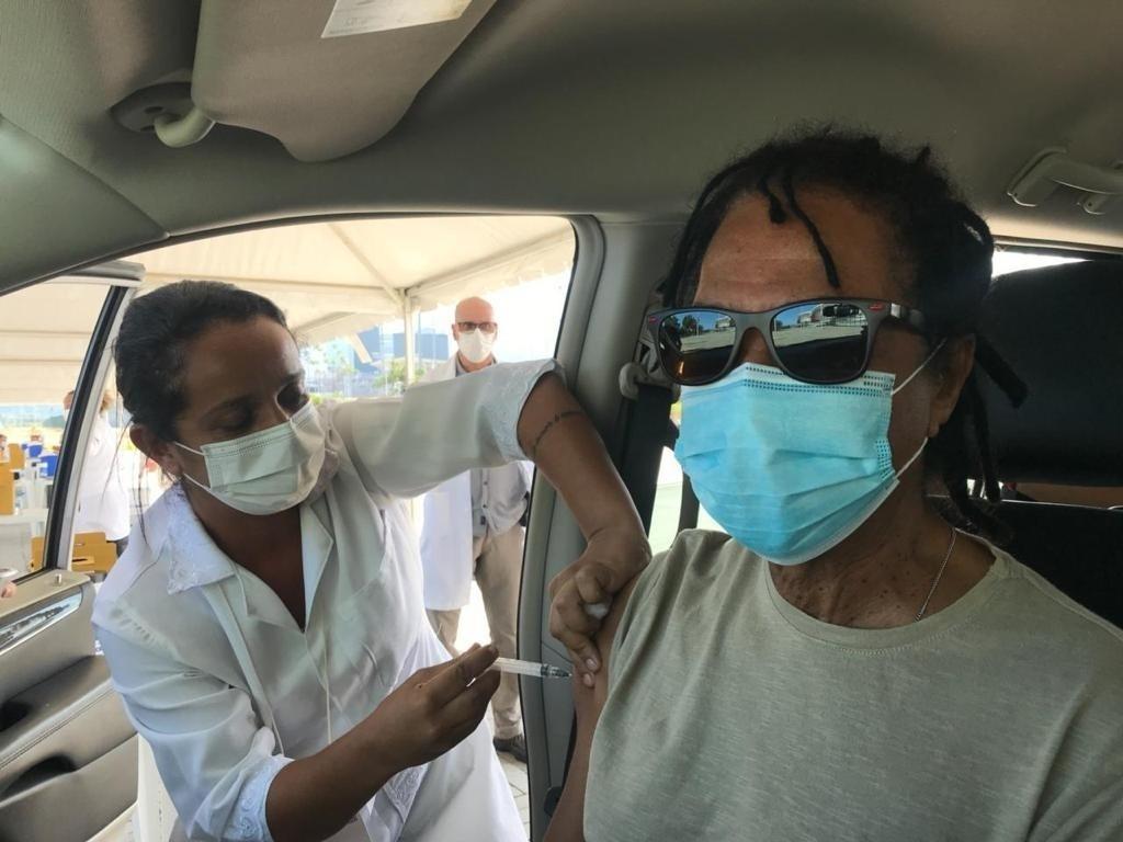 Djavan recebe vacina contra Covid-19 - Reprodução Instagram