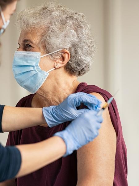 vacinação, vacinação de idoso - iStock