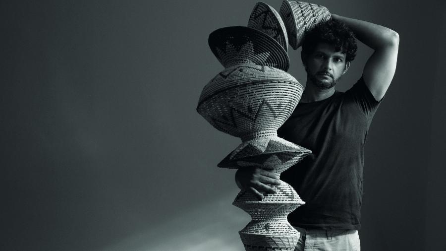Érico Gondim com sua luminária TRIBO - Nicolas Gondim