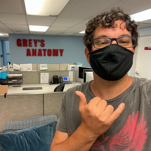 O brasileiro Beto Skubs é um dos novos membros da equipe de roteiristas de 'Grey's Anatomy'