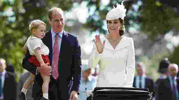 Kate Middleton acena para o público que acompanhou o batizado da pequena Charlotte - AFP PHOTO / POOL / MARY TURNER - AFP PHOTO / POOL / MARY TURNER