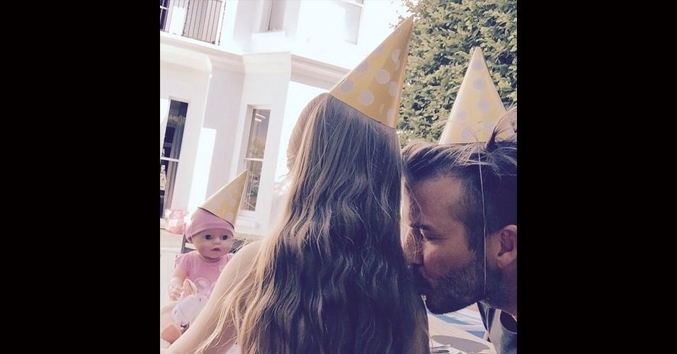 10.jul.2015 - David Beckham utilizou seu Instagram nesta sexta-feira para parabenizar Harper Seven, sua filha caçula com a ex-Spice Girl Victoria Beckham, por seus quatro anos de vida. Na legenda de uma foto em que aparecem beijando o ombro da garotinha, o ex-jogador de futebol escreveu: