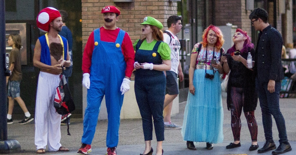 "10.jul.2015 - Público da San Diego Comic-Con se fantasia como personagens do video-game ""Super Mario Bros."""